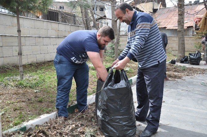 STK Temsilcileri Muştak Baba Ve Zerzemi Türbelerini Temizledi