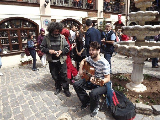Müzisyenler Atlıhan El Sanatları Çarşısı'nda Yer Almaya Başladı