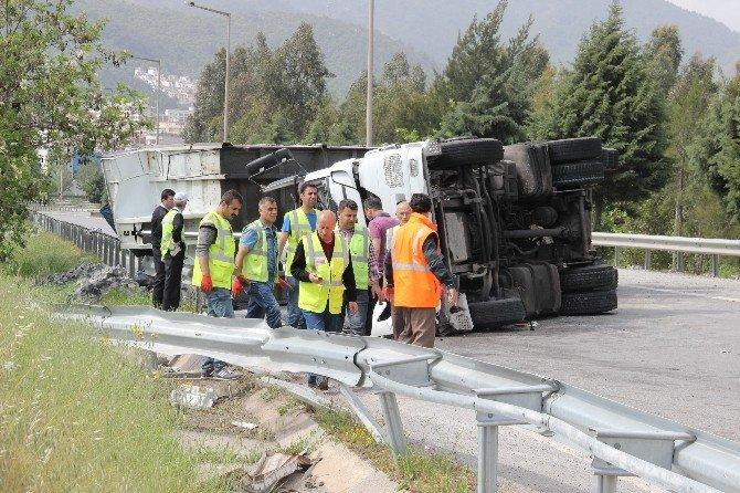 İzmir'de Tır Devrildi: 1 Ölü