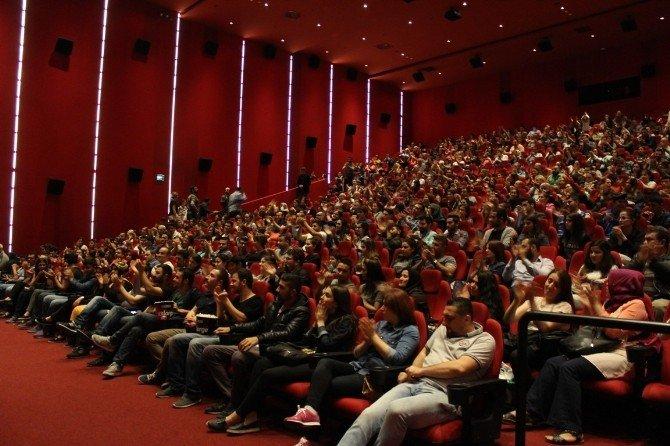 Küçük Esnaf'ın İzmir Galasına Yoğun İlgi