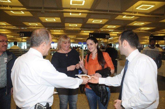 Havalimanı Polisinden Yolculara Pasta İkramı
