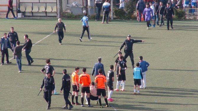 Yenilen futbolcular, rakip futbolculara tekme tokat saldırdı