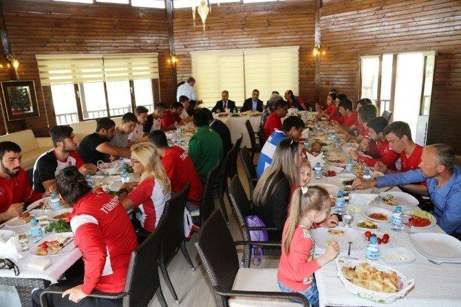 Çelikcan Milli Sporcularla Kahvaltıda Buluştu