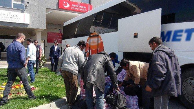 Yunanistan'daki Göçmenlerin Türkiye'ye İadesi Sürüyor