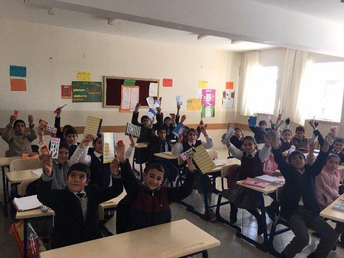 Sosyal Medya Kampanyasıyla Okula Kütüphane Kurdu
