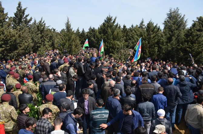 Azerbaycan şehitlerini törenle uğurladı