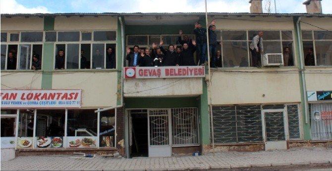 Gevaş Belediye Binası Yıkıldı