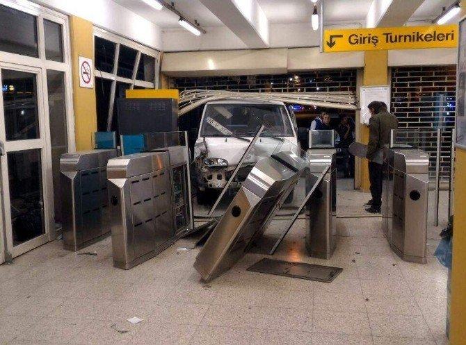 Bursa'da Minibüs Metro Durağına Daldı