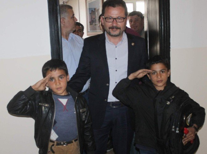 Emniyet Müdürü Özkan, Selam Veren Boyacı Çocuğu Ödüllendirdi