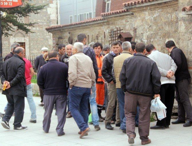 Meraklı Vatandaşlar Şüpheli Paketi Görmek İçin Birbirini Ezdi