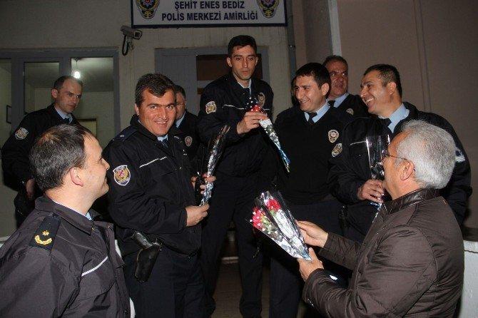 Başkan Başsoy Polis Memurlarına Çiçek Takdim Etti