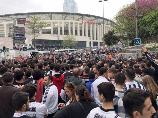 Vodafone Arena'da taraftarlar stada giriyor