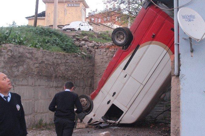 Yoldan Çıkan Minibüs 6 Metrelik Boşluğa Düştü