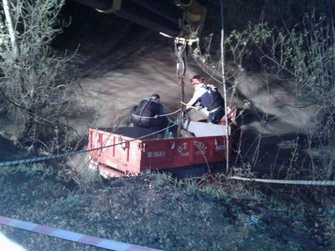 Traktör Dereye Uçtu: 1 Kişi Öldü 1 Kişi Suya Kapılıp Kayboldu