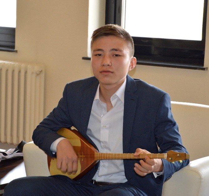 Kazak Öğrencilerden Rektör Güven'e Mini Konser