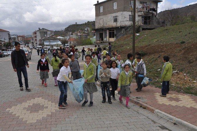 Öğrenciler Temiz Çevre İçin Çöp Topladı