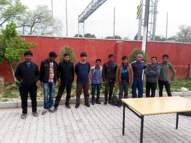 Otobüsteki Yolcuların Arasından 34 Kaçak Çıktı