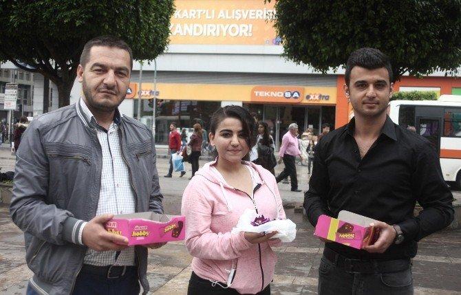 Özgecan'ın Katili Öldürülünce Çikolata Dağıttılar