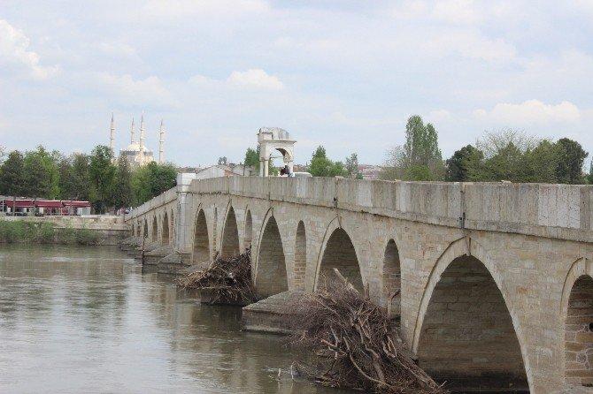 Tarihi Köprü Ayaklarının Temizlenmesi İsteği