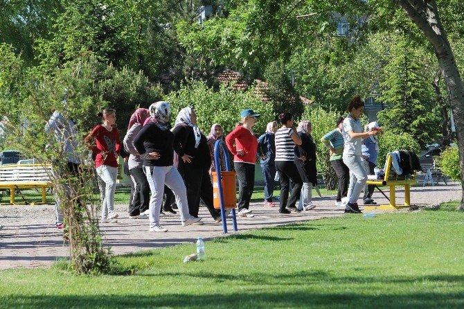 Parklarda Sabah Sporları Başladı