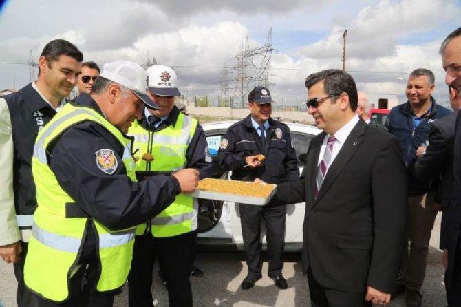 Vali, kendi elleriyle polise ve vatandaşa baklava ikram etti