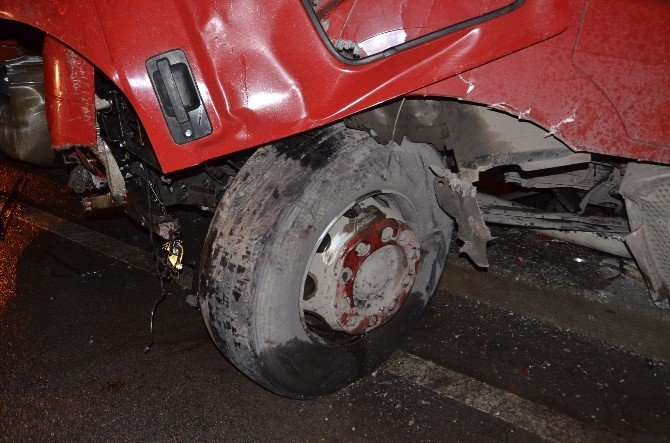 Bariyerlere Çarpan Tır'ın Sürücüsü Yaralandı
