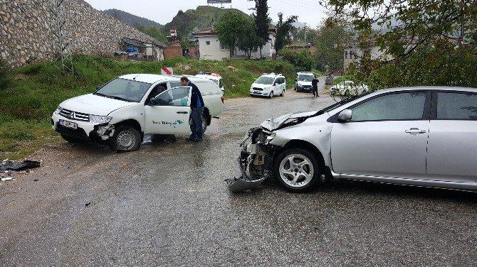 Bilecik'te İki Araç Kafa Kafaya Çarpıştı