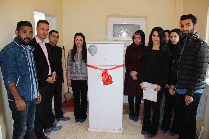 Öğretmen Adayları Minin Kardeşlerine Buzdolabı Hediye Etti