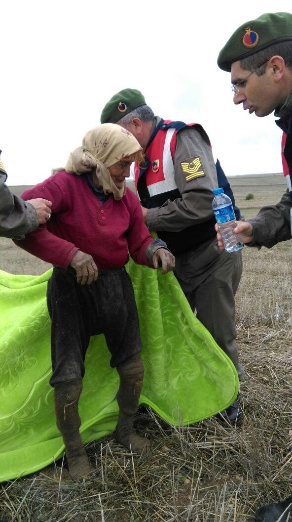 Evini kaybeden yaşlı kadın tarlada bulundu