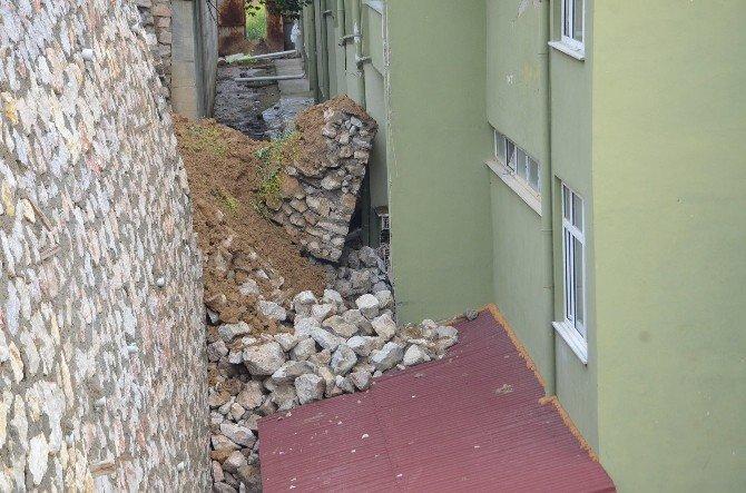 Huzurevinin Üzerine İstinat Duvarı Çöktü