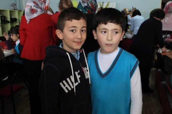 Okuluna Dönen Emir'i Arkadaşları Kapıda Karşıladı