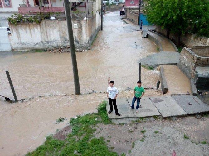 Nusaybin'in Duruca Mahallesi'ndeki birçok evi su bastı