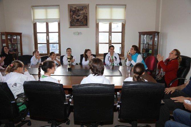 Urla'nın Voleybolcu Kızları İzmir 3.'sü Oldu