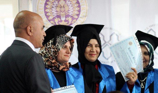 """Yakutiye Belediyesi İle Atatürk Üniversitesi İşbirliğiyle """"Anne Üniversitesi"""" 2. Mezunlarını Verdi"""