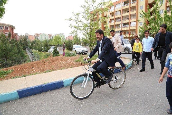 Başkan Ekinci Bisiklete Binip Çocuklarla Tur Attı
