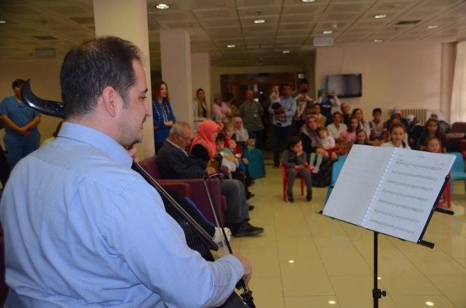 Çocuklara hastanede konser
