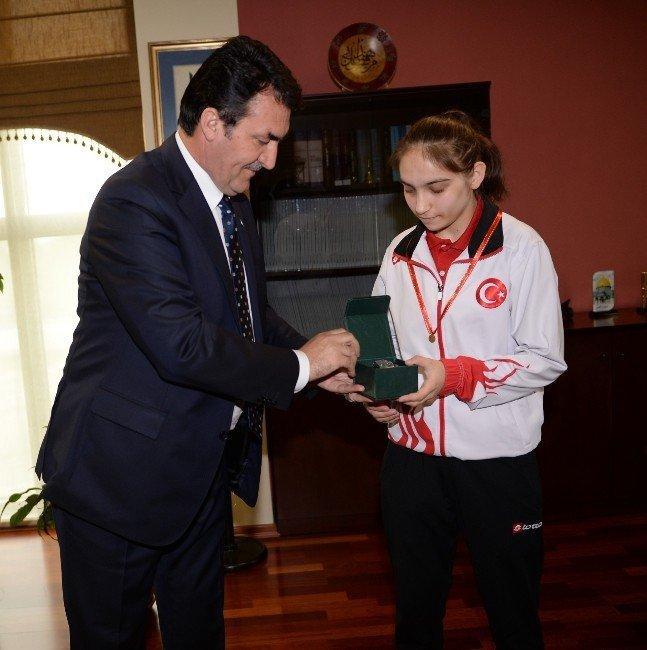 Dündar'dan Dünya İkincisi Badmintoncuya Ödül