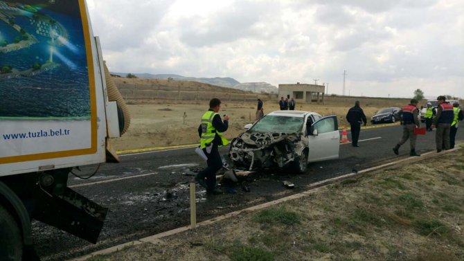 Otomobil, iş makinesine arkadan çarptı: 1 ölü, 1 yaralı