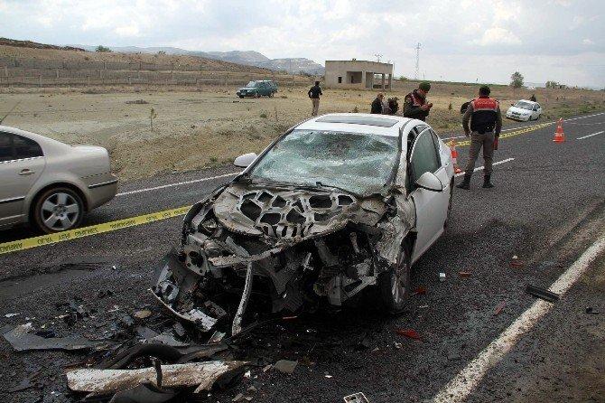Otomobil İş Makinesine Çarptı: 1 Ölü, 1 Yaralı