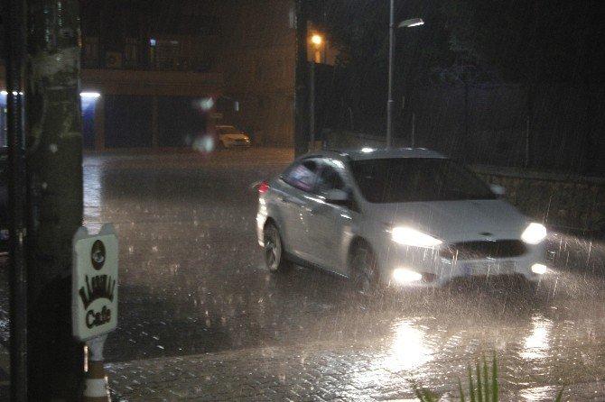 Ceylanpınar'da Sağanak Yağmur Etkili Oldu