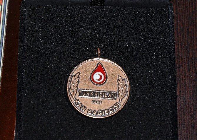10 Kez Kan Bağışı Yapan 2 Kişi Ye Bronz Madalya Verildi
