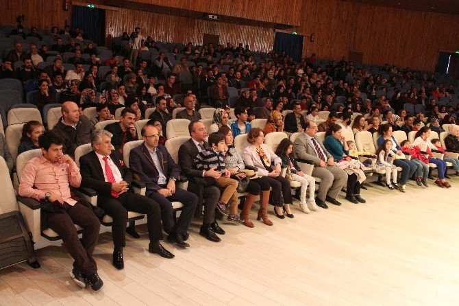 Elazığ'da '1-1-2 Onlarda Kim Ki' Adlı Tiyatro Oyunu Sahnelendi