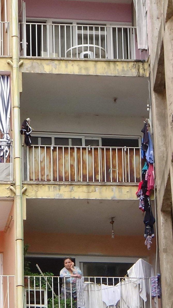 Balkondaki çamaşır telleri hayatını kurtardı