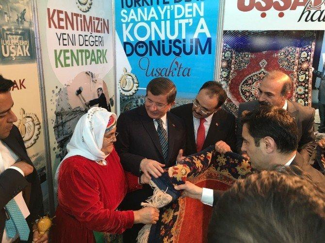 Başbakan Davutoğlu'ndan Başkan Cahan'a Özel Ödül