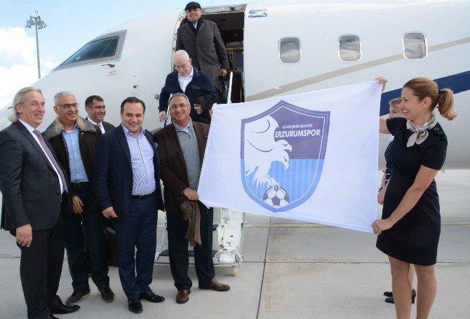 Uçağından İndi, Erzurum Havaalanına 'Erzurumspor Bayrağı' Açtı