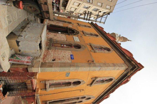 Cami Şadırvanından Lahit Çıktı