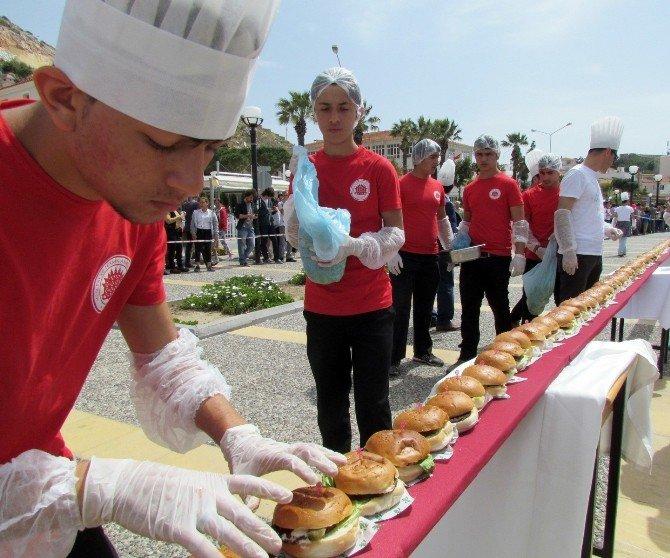 Dünyanın En Uzun Hamburgeri Çeşme'de Yapıldı