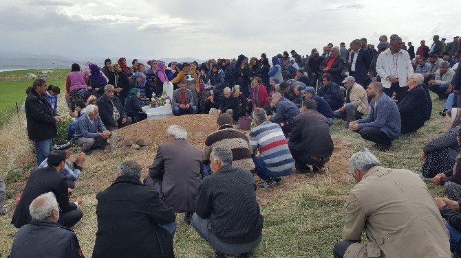Kocası Tarafından Öldürülen Kadın Çemişgezek'te Toprağa Verildi