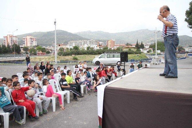 Karşıyaka'da Tiyatro Sevgisi Sokağa Taşındı