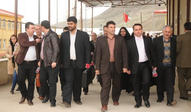 İranlılar Karanfillerle Karşılandı